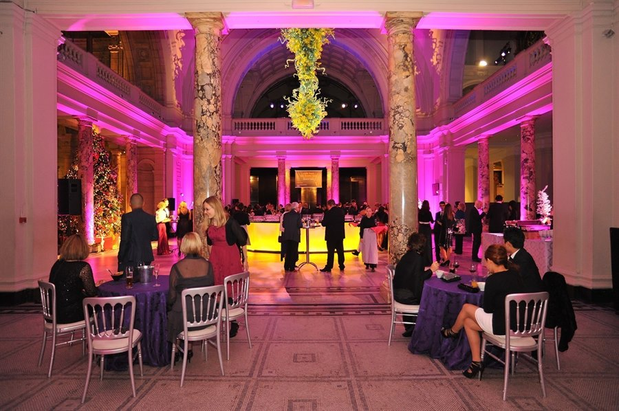 Museums can be an incredible space for a Christmas event. In this picture, the Christmas Party that the British firm 'Eventspiration' prepared to Intuit in the majestic V & A museum. Photo in: http://eventspiration.com/CaseStudy.aspx?CaseStudyId=27